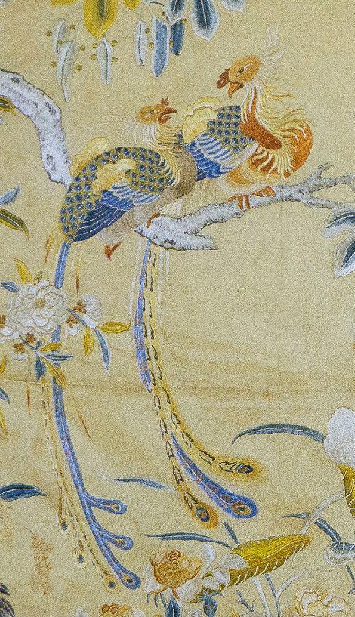 绣凤凰,仙鹤,鸳鸯,鹡鸰,莺鸟及盛开的桃花,月季,荷花及梧桐,湖石,灵芝